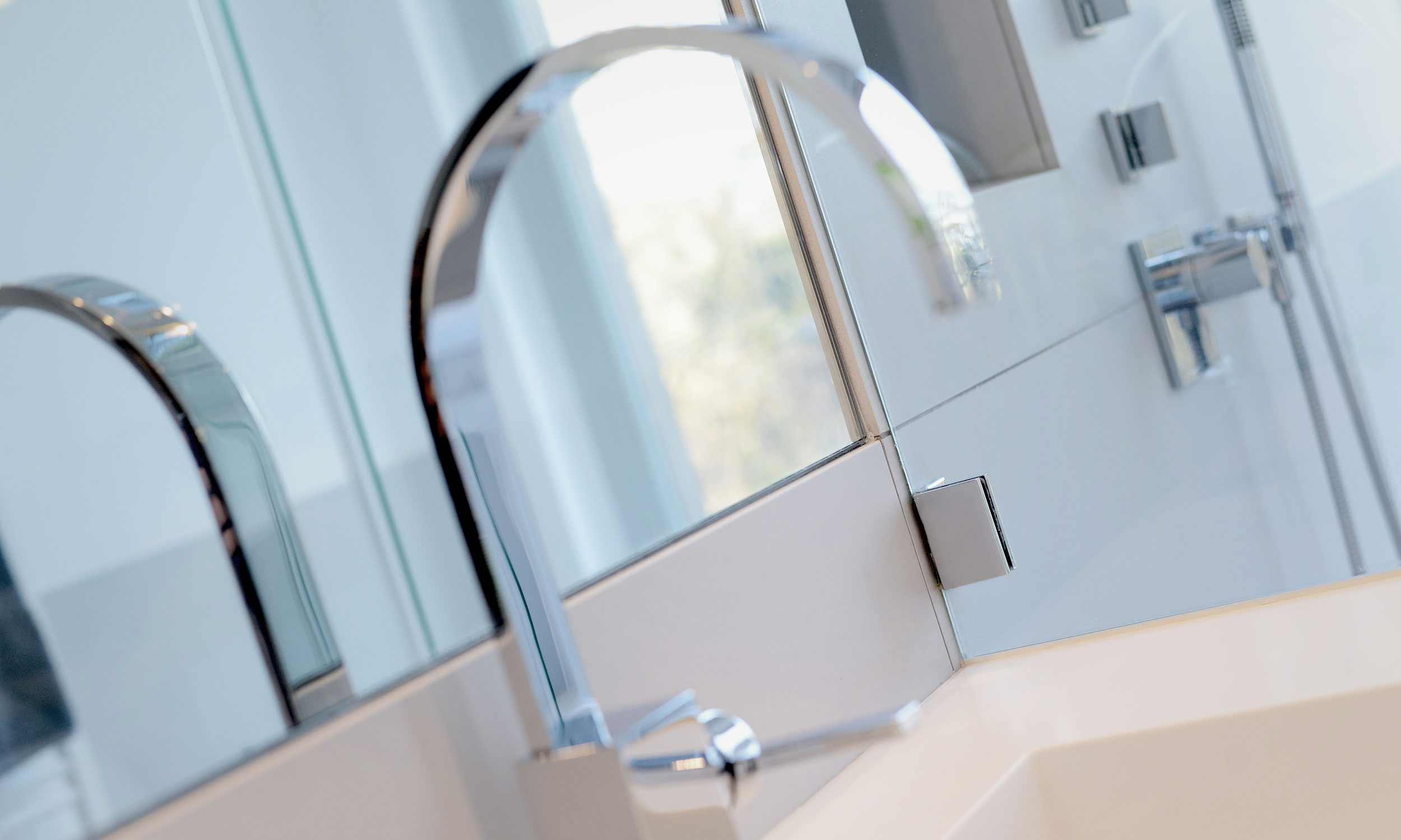 Spiegel und Wasserhahn